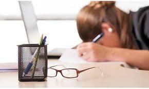机で疲れている女性