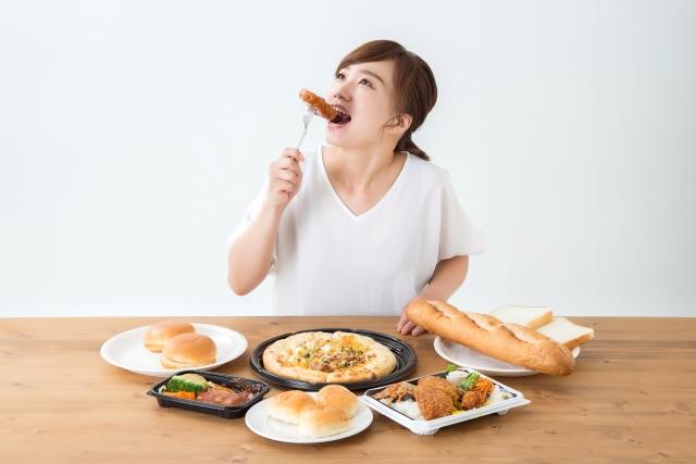 揚げ物を食べている女性